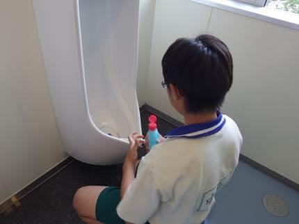 トイレ掃除をしている様子の写真