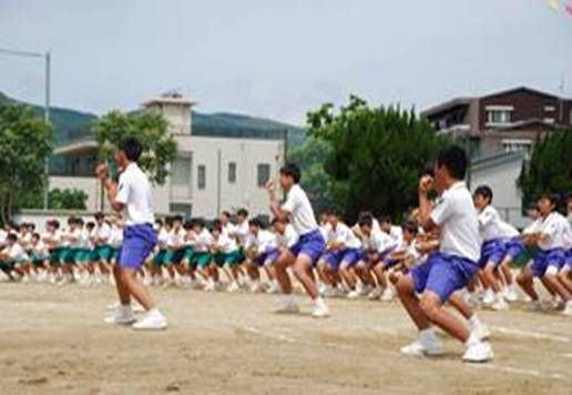 男子 集団演技の様子の写真