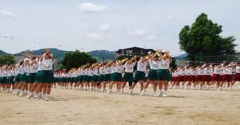 女子の創作ダンスの様子の写真