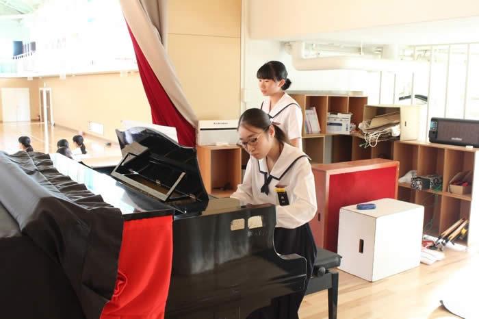 ピアノの練習の様子の写真