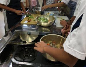 調理の様子の写真1枚目
