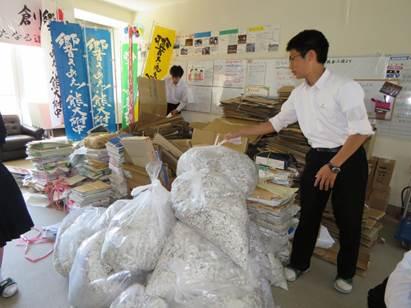 廃品回収をしている様子の写真