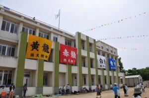 掲揚された団旗の写真
